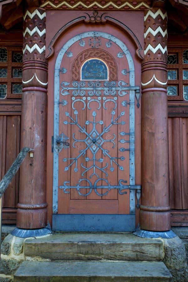 Porta di legno con i modelli del ferro fotografia stock libera da diritti