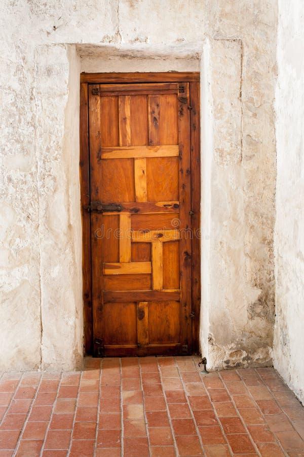 Porta di legno contro la parete imbiancata del gesso fotografia stock