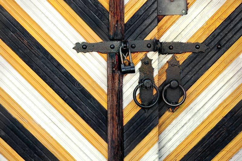 Porta di legno d'annata con la serratura, primo piano fotografie stock libere da diritti