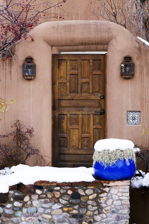 Porta di legno decorata complessa in Santa Fe, New Mexico fotografia stock