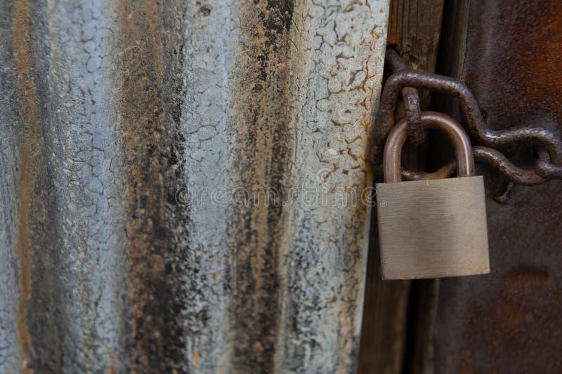 Porta di legno del primo piano con la serratura immagine stock