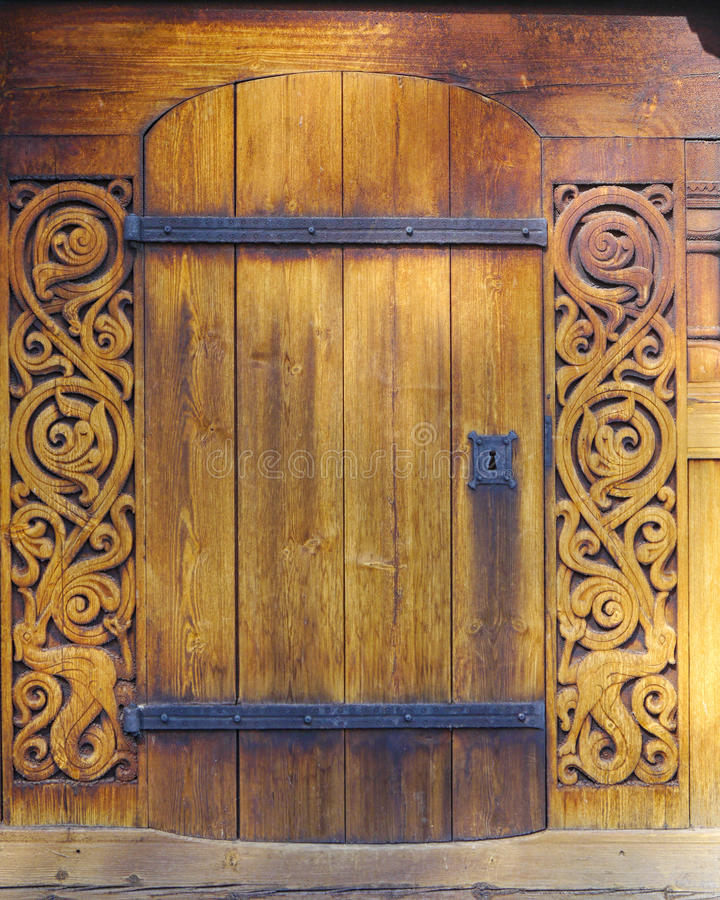 Porta di legno di Ol in una chiesa immagine stock libera da diritti