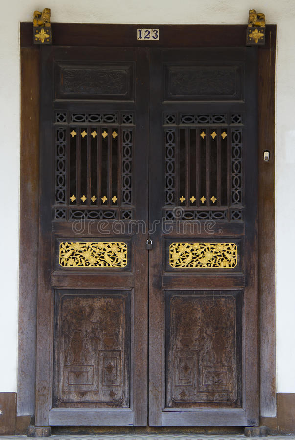 Porta di legno di stile cinese fotografia stock libera da diritti