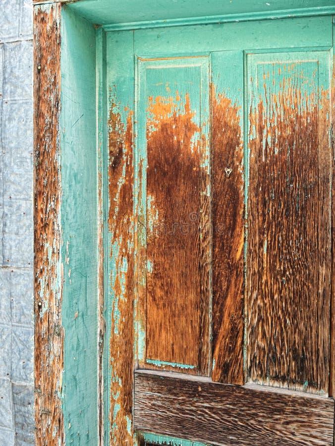 Porta di legno dipinta di deterioramento immagini stock