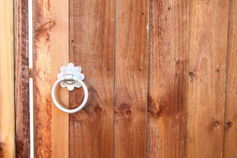 Porta di legno e scena rotonda della maniglia fotografie stock libere da diritti
