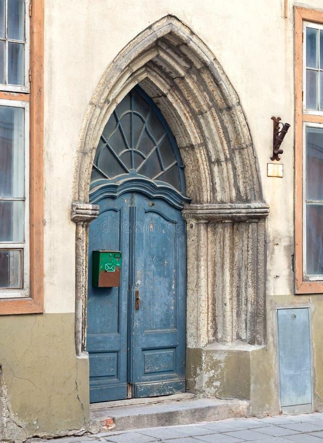 Porta di legno gotica blu. Tallinn, Estonia fotografie stock