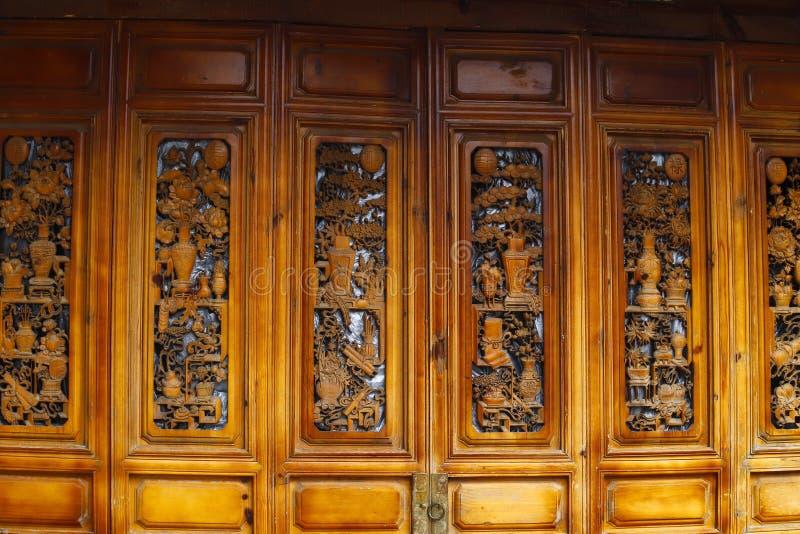 Porta di legno, Lijiang, il Yunnan, Cina fotografie stock