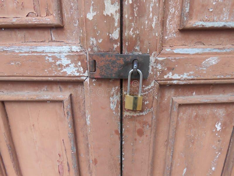Porta di legno marrone vecchia in museo nazionale, Tailandia fotografia stock libera da diritti