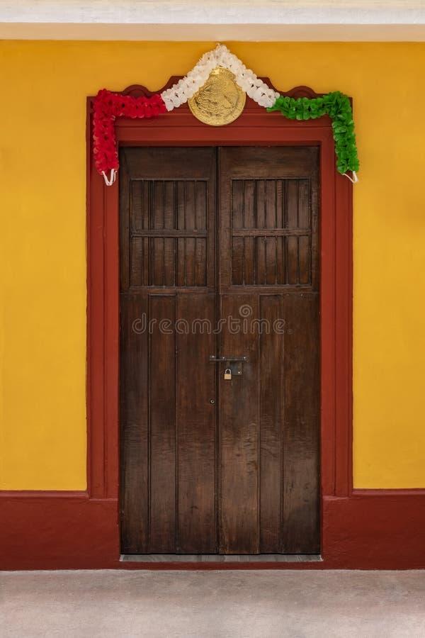 Porta di legno messicana tradizionale con il girla messicano della bandiera nazionale fotografie stock