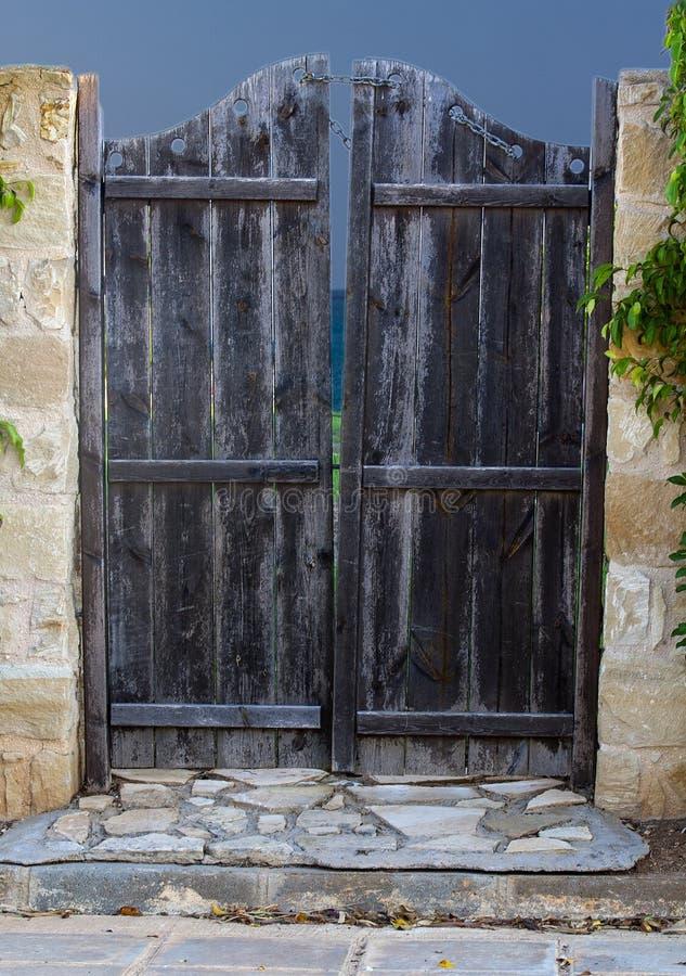 Porta di legno nel recinto immagine stock libera da diritti