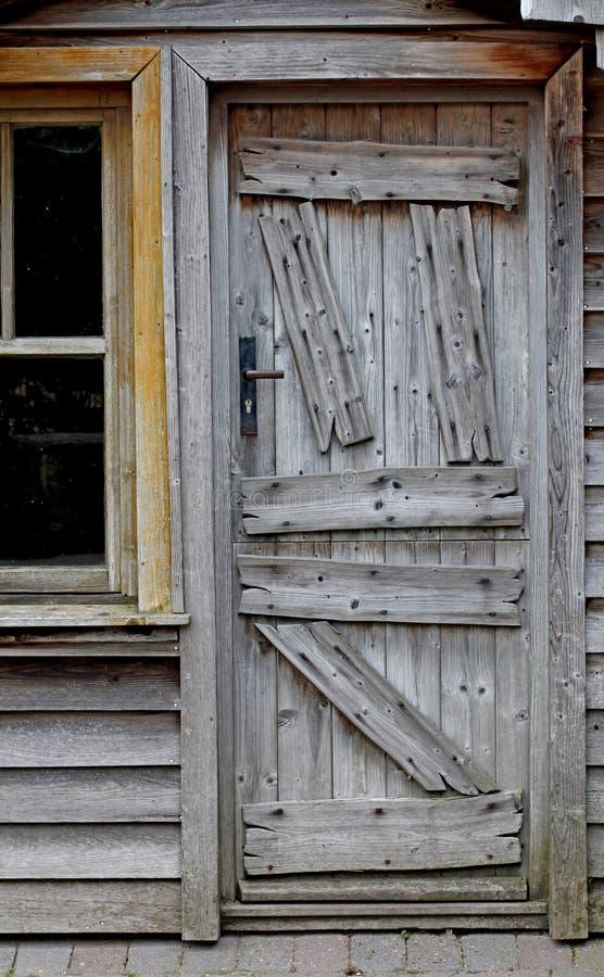 Porta di legno obsoleta di casa molto vecchia immagini stock libere da diritti