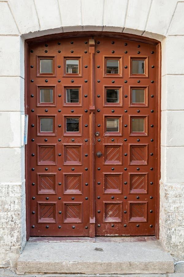 Porta di legno rossa antica con le finestre fotografia stock