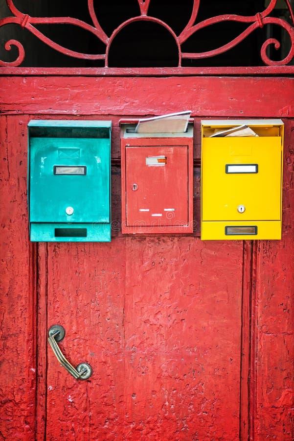 Porta di legno rossa con le cassette delle lettere variopinte, Florence Italy fotografia stock