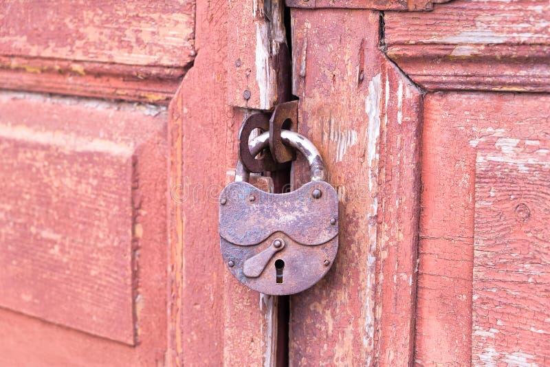 Porta di legno rossa del primo piano con la serratura immagine stock