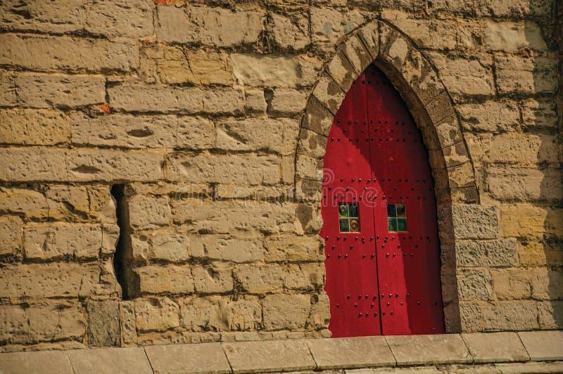 Porta di legno rossa nello stile gotico nel centro urbano di Gand fotografie stock