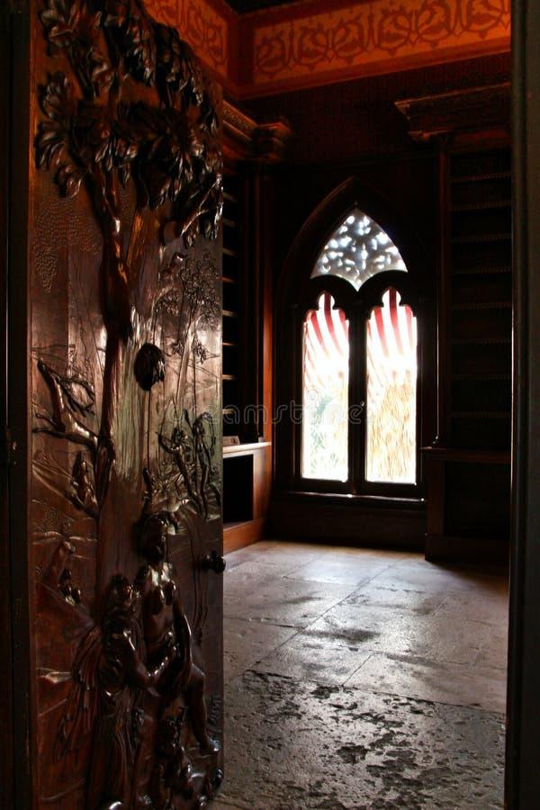 Porta di legno scolpita della biblioteca del palazzo di Monserrate immagine stock