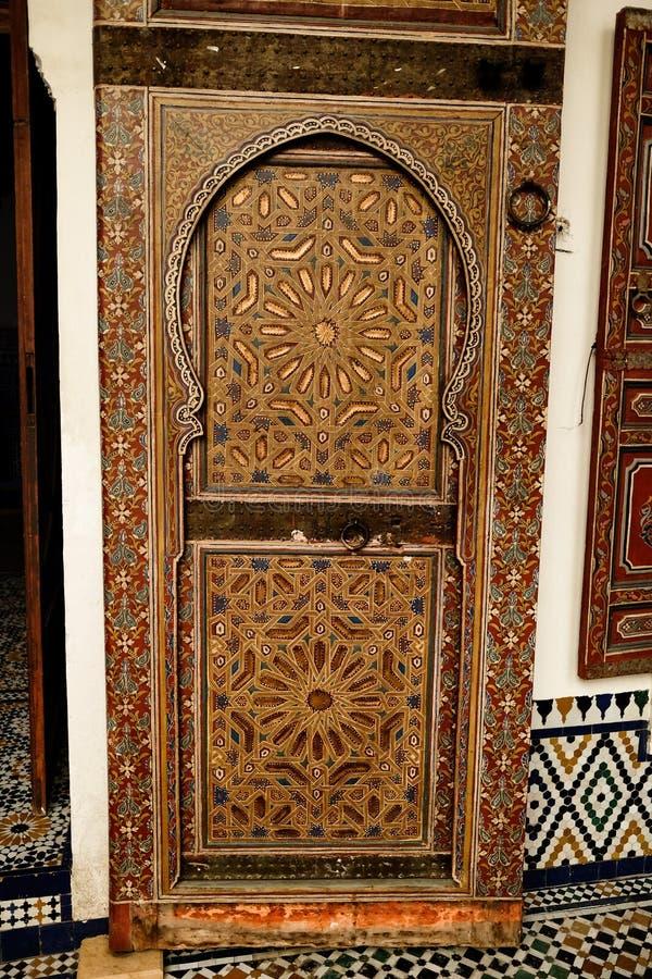 Porta di legno scolpita nell'interno del museo di Marrakesh immagini stock libere da diritti