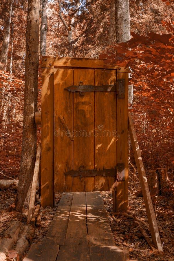 Porta di legno su un modo della passeggiata attraverso la foresta fotografie stock libere da diritti