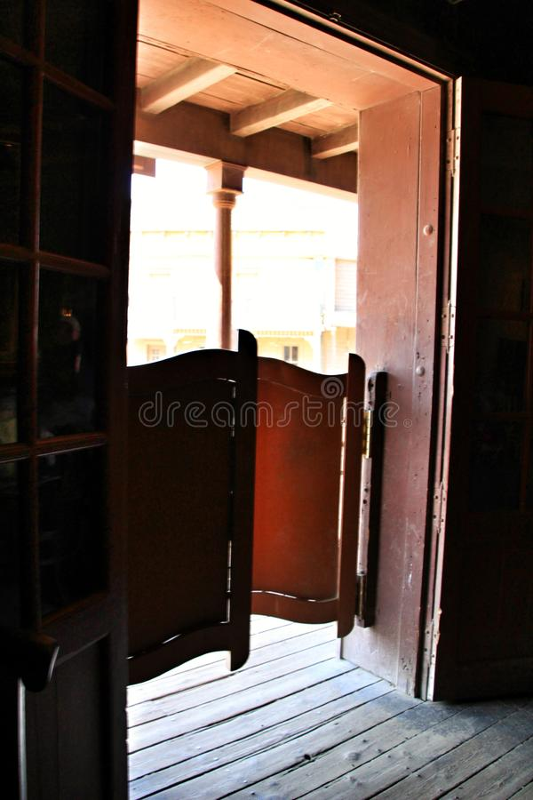 Porta di legno di un salone estremo ad ovest immagine stock