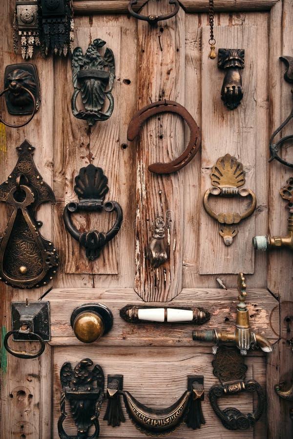 Porta di legno vecchia decorata dalla maniglia fotografie stock
