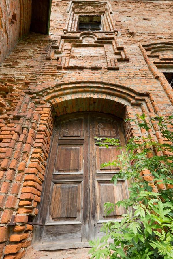 Porta di legno in vecchia torre fotografia stock