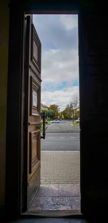 Porta di legno di vecchio palazzo fotografia stock libera da diritti
