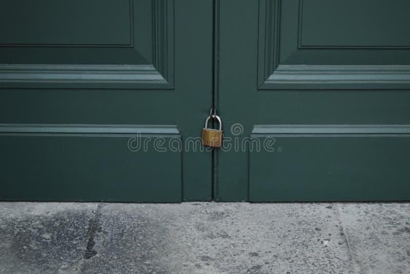 Porta di legno di verde della serratura della chiave primaria immagini stock