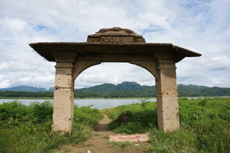 Porta di pietra del portone vicino al fiume immagini stock