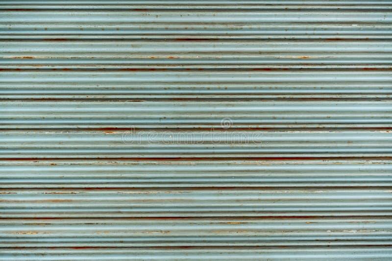 Porta di rotolamento d'annata rustica d'acciaio Struttura rustica dello sportello Perfezioni per fondo immagini stock