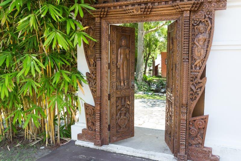 Porta di scultura cambogiana fotografia stock