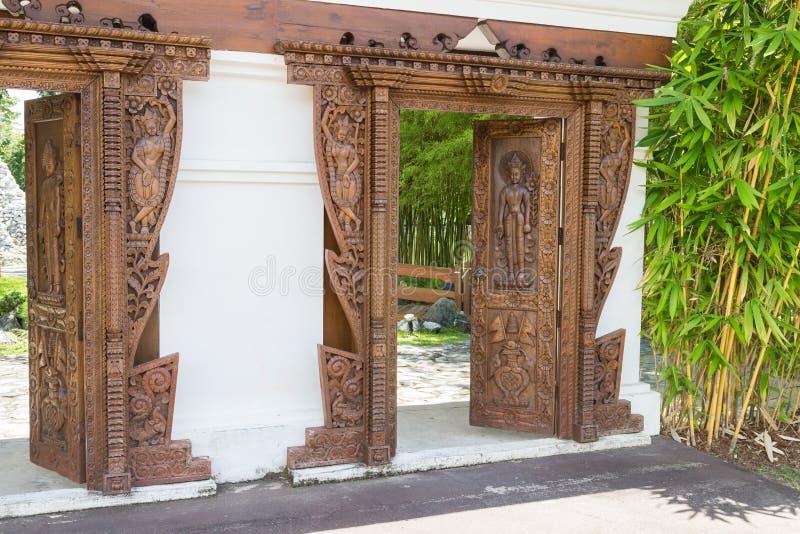 Porta di scultura cambogiana fotografie stock