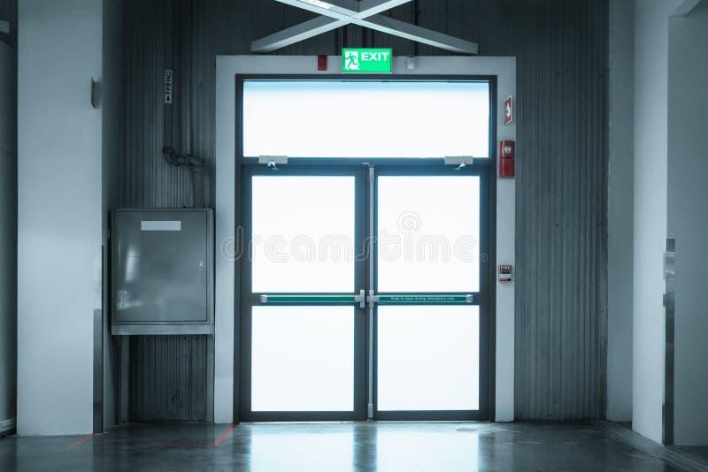 Porta di sicurezze e sistema di protezione antincendio nel grande magazzino fotografia stock libera da diritti