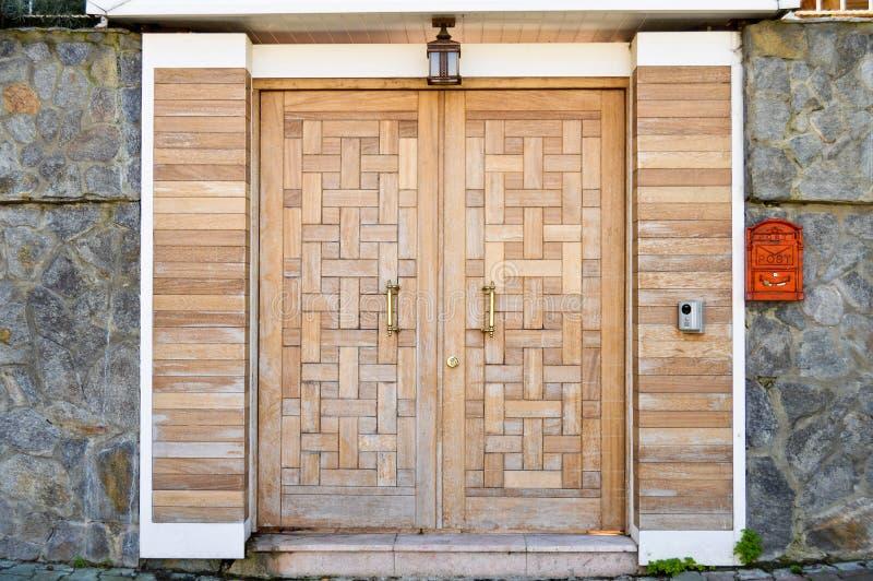 Porta dianteira de madeira da casa de campo fotos de stock royalty free
