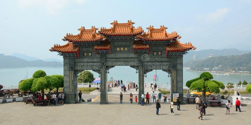Porta dianteira de um templo budista chinês imagens de stock royalty free