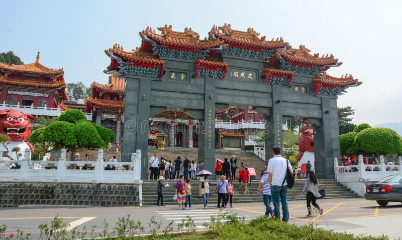 Porta dianteira de um templo budista chinês fotografia de stock royalty free