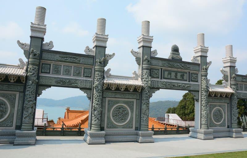 Porta dianteira de um templo budista chinês fotografia de stock