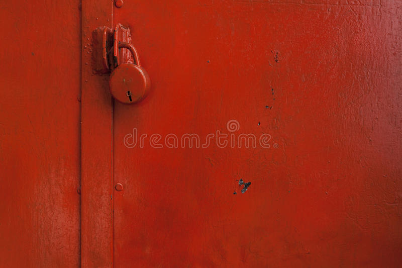 Porta dipinta con colore rosso con la serratura fotografie stock libere da diritti