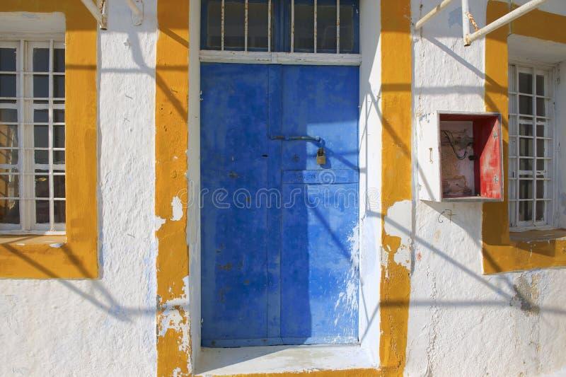 Porta dipinta di un'officina abbandonata in Pyrgos, Santorini, Grecia fotografie stock