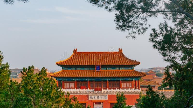 A porta Divine pôde Shenwumen, a porta do norte do palácio proibido, entre árvores, no Pequim, China imagem de stock