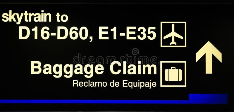 Porta do aeroporto e sinal da reivindicação de bagagem imagens de stock royalty free