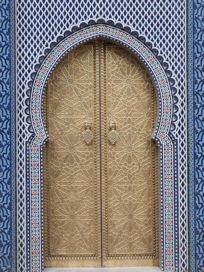 Porta do antigo palácio em Fez, no Marrocos - vertical imagem de stock