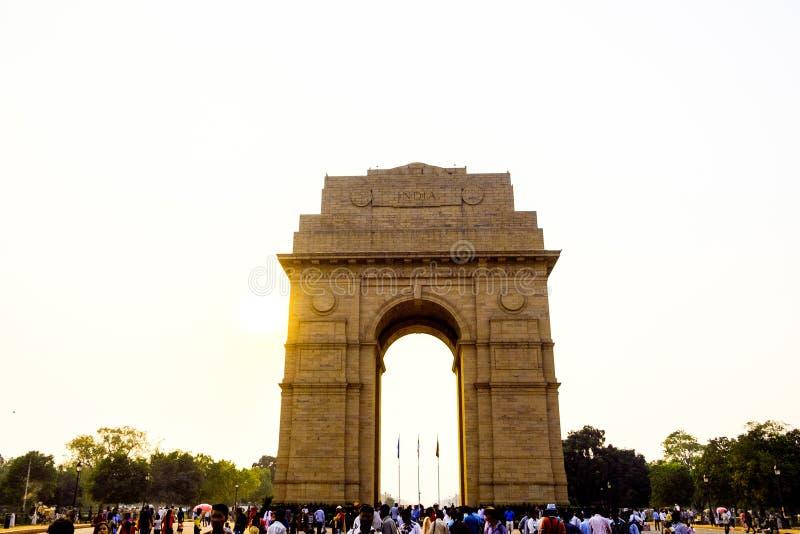 A porta do arco de india em Nova Deli india no por do sol com turistas aglomera-se imagem de stock