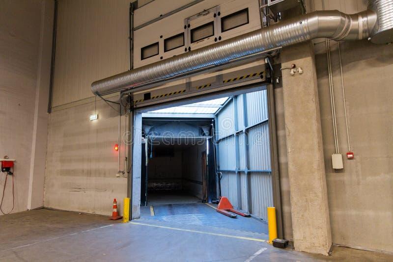 Porta do armazém ou recipiente da porta e do caminhão fotografia de stock