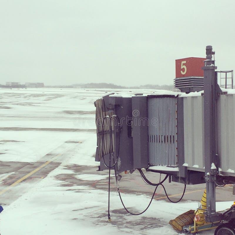 Porta do avião no aeroporto de Pittsburgh do inverno foto de stock royalty free