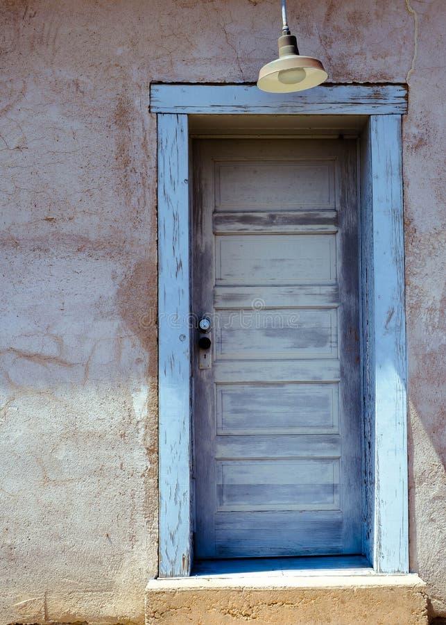 Porta do azul de Abandonded foto de stock