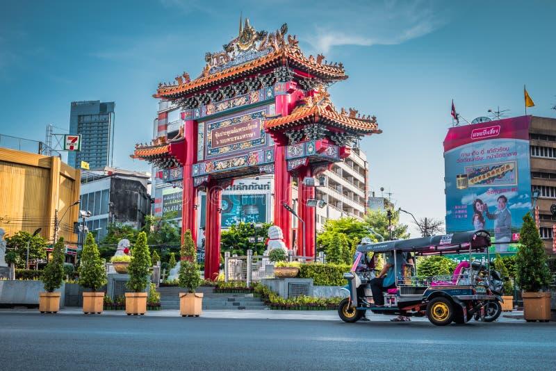 A porta do bairro chinês na estrada de Yaowarat, Banguecoque, Tailândia imagem de stock
