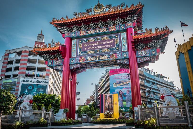 A porta do bairro chinês na estrada de Yaowarat, Banguecoque, Tailândia fotografia de stock