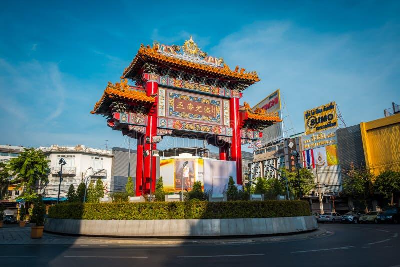 A porta do bairro chinês na estrada de Yaowarat, Banguecoque, Tailândia imagens de stock