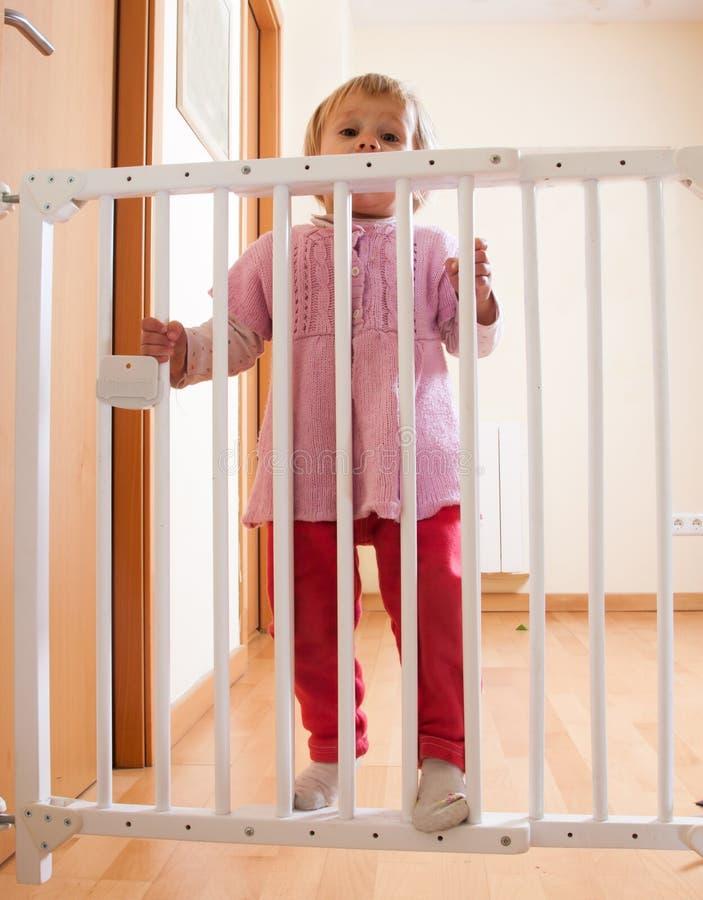 Porta do bebê e da escada fotos de stock royalty free