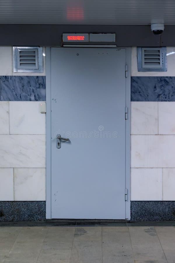 A porta do cinzento- no metro é equipada com o sistema do controle de acesso com o leitor de cartão de NFC do RFID e uma câmera d imagens de stock royalty free